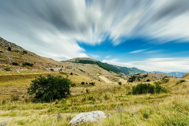 Uma vista das montanhas de abruzzo (itália) perto de campo imperatore. um belo lugar bem conhecido destino para turistas e sets de filmagem.