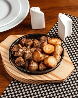 Uma vista de cima carne frita junto com batatas na mesa comida refeição jantar frite