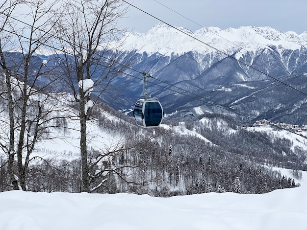 Uma vista de cima da montanha até a cabine do teleférico