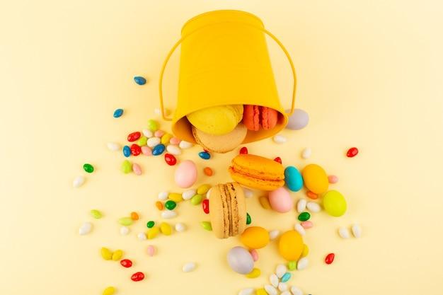 Uma vista de cima de doces coloridos com macarons franceses