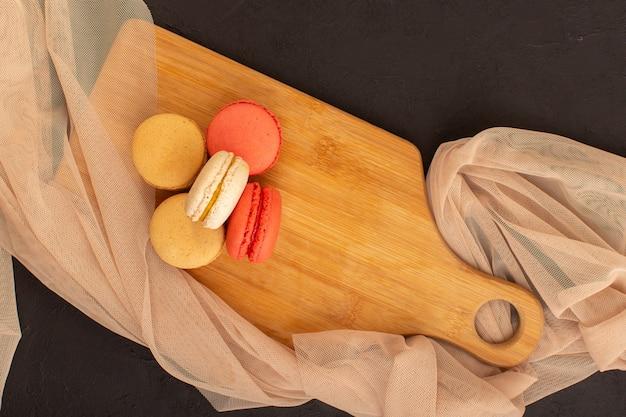 Uma vista de cima de macarons franceses redondos e deliciosos