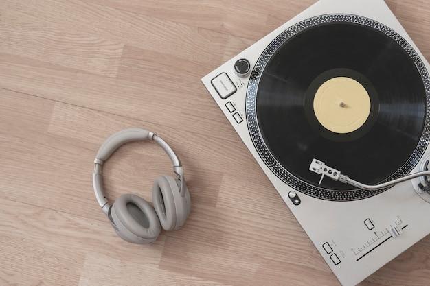 Uma vista de cima de um toca-discos clássico plano simples conceito minimalismo com espaço de cópia