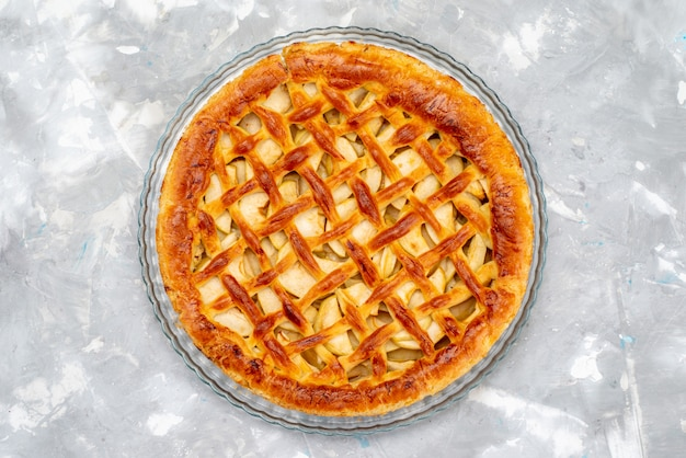 Uma vista de cima delicioso bolo de maçã bolo em forma redonda biscoito açúcar frutas sobremesa bolo