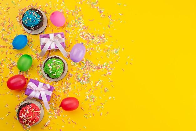 Uma vista de cima deliciosos brownies de chocolate à base de doces e bolinhas na cor amarela do biscoito do bolo doce