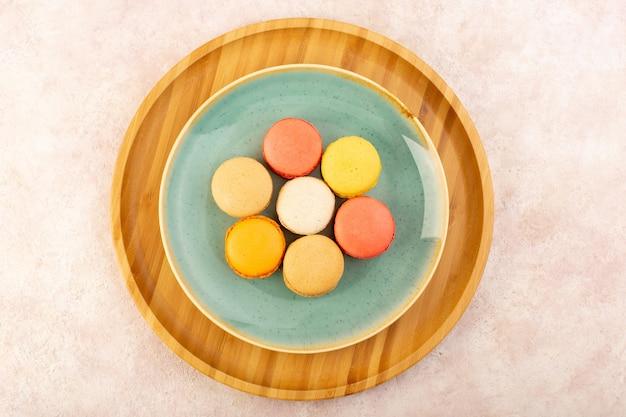 Uma vista de cima dos macarons franceses em um prato redondo