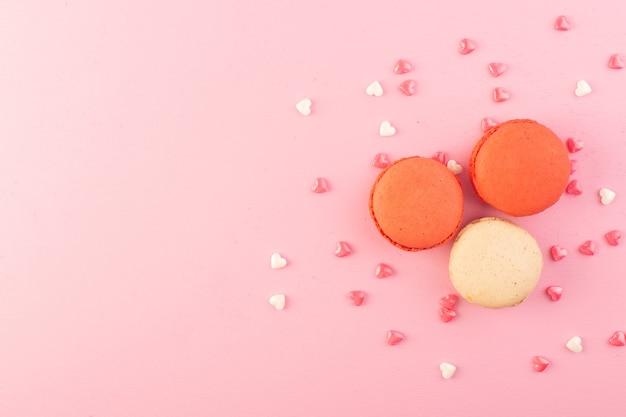 Uma vista de cima macarons franceses coloridos
