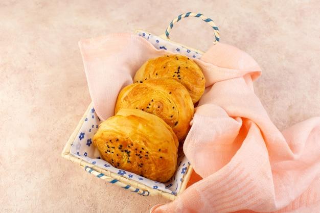 Uma vista de cima pãezinhos quentes saborosos frescos dentro da caixa de pão rosa