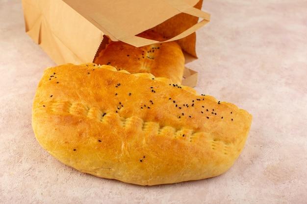 Uma vista de cima pão quente saboroso fresco dentro de embalagens de papel rosa