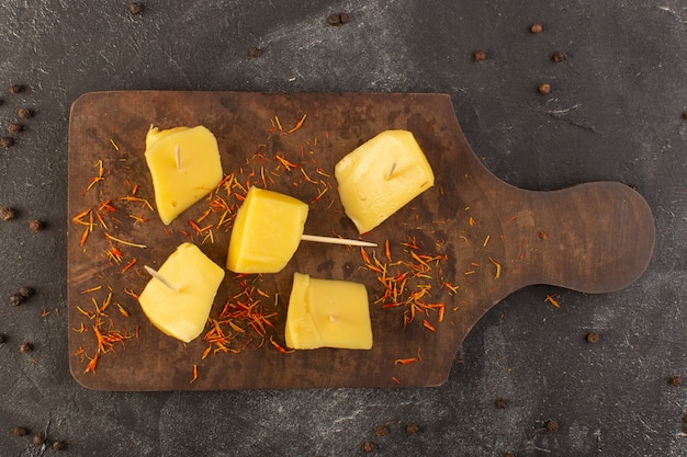 Uma vista de cima queijo amarelo fresco com sementes de café marrom na mesa cinza comida refeição lanche café