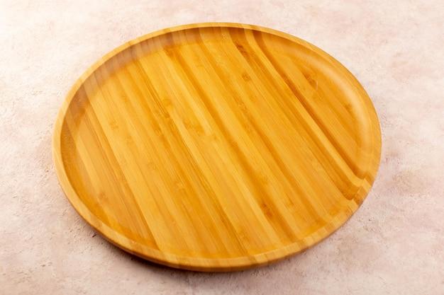 Uma vista de cima redonda de mesa amarela de madeira isolada