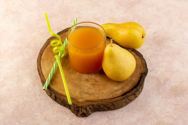 Uma vista de cima suco de laranja dentro de um pequeno copo com canudos e pêras frescas resfriando isolado na mesa de madeira marrom e fundo rosa beber frutas