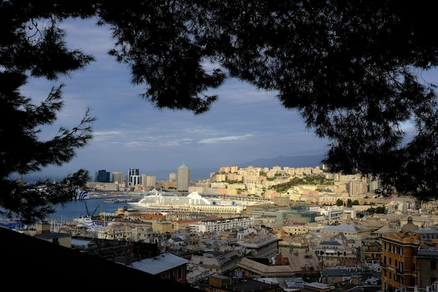 Uma vista do porto de longe