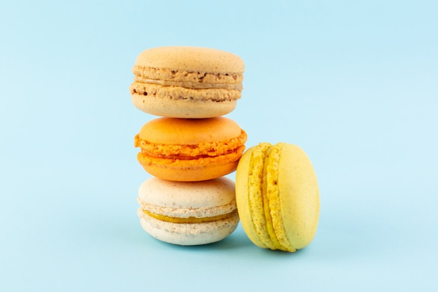 Uma vista frontal colorida de macarons franceses deliciosos e assados