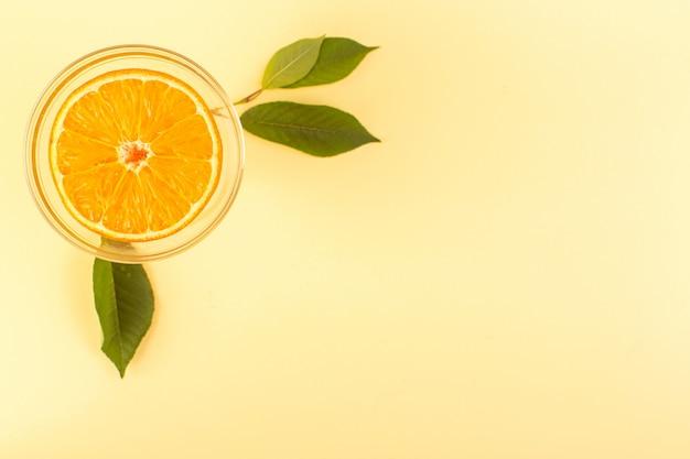 Uma vista frontal cortada laranja redonda suculenta fresca madura e fresca dentro redonda tigela transparente isolada no fundo colorido creme frutas cítricas exóticas