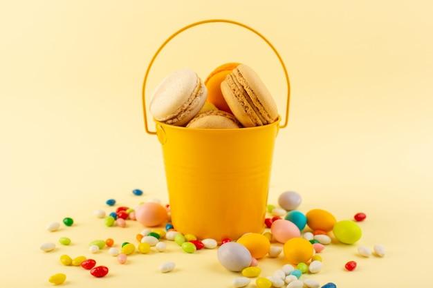 Uma vista frontal de doces coloridos com macarons franceses
