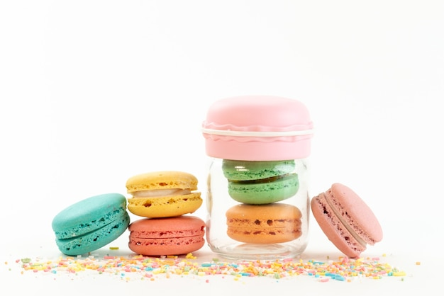 Uma vista frontal de macarons franceses redondos e deliciosos isolados no branco, cor de bolo de biscoito
