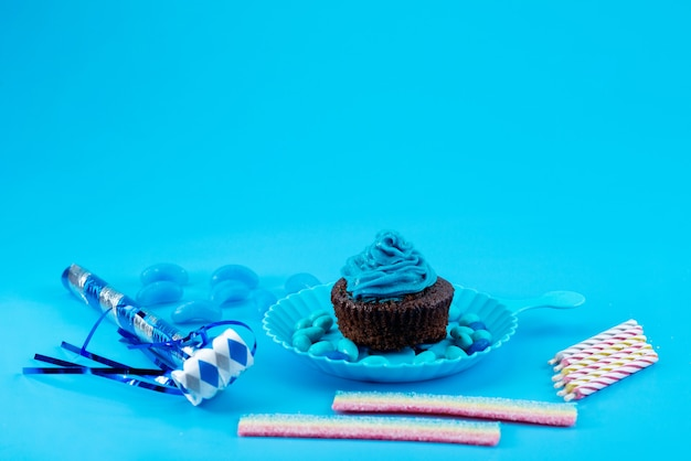 Uma vista frontal delicioso browny com azul, creme sobre azul, bolo de biscoito cor de açúcar