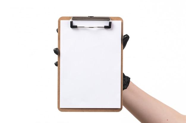 Uma vista frontal fêmea segurando o bloco de notas com luva em branco