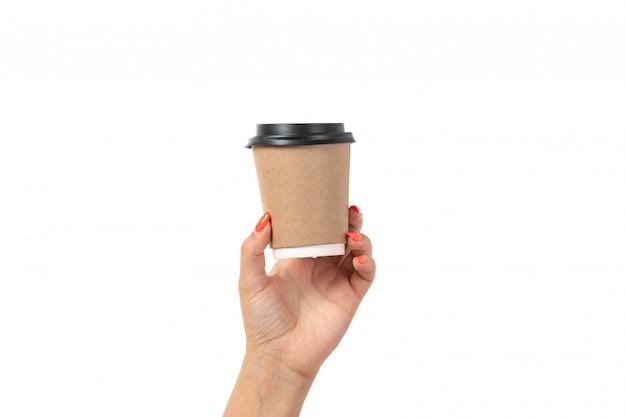 Uma vista frontal feminino mão segurando a xícara de café em branco