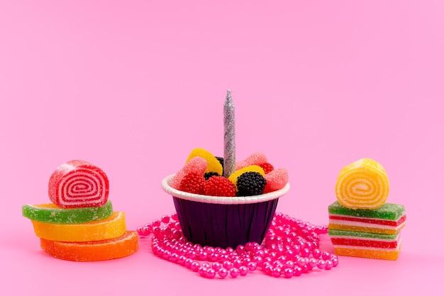 Uma vista frontal geléias e doces coloridos doces isolados em rosa, doces de confeitaria