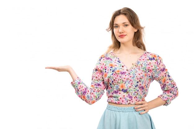 Uma vista frontal jovem atraente em flor colorida projetada camisa e saia azul no branco