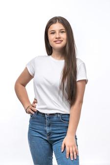 Uma vista frontal jovem bonita em t-shirt branca e azul jeans posando e sorrindo