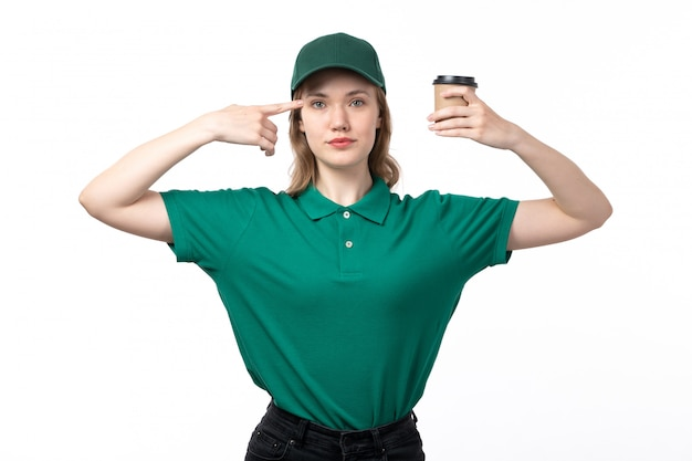 Uma vista frontal jovem correio feminino em uniforme verde segurando a xícara de café em branco