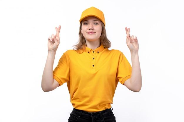 Uma vista frontal, jovem, correio feminino, trabalhador feminino, de, serviço entrega entrega, sorrindo, com, dedos cruzados, branco