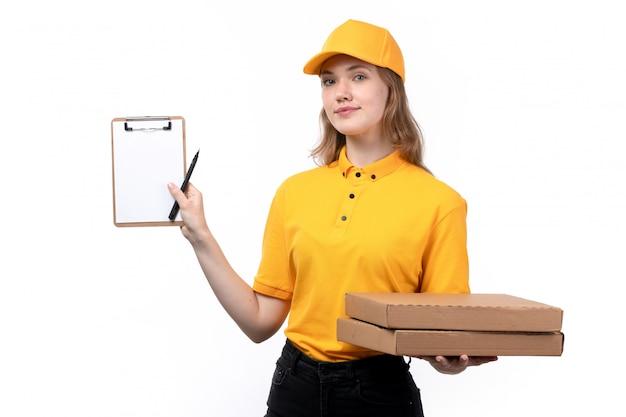 Uma vista frontal, jovem, correio feminino, trabalhador feminino, de, serviço entrega entrega, sorrindo, segurando, caixas pizza, e, bloco nota branco