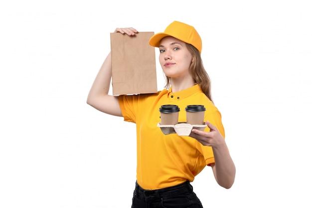 Uma vista frontal, jovem, correio feminino, trabalhador feminino, de, serviço entrega entrega, sorrindo, segurando, pacote alimento, e, café, copos