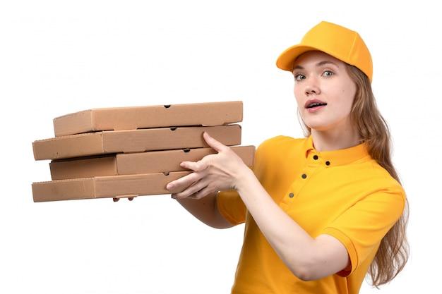 Uma vista frontal, jovem, correio feminino, trabalhadora, de, serviço entrega entrega, segurando caixas entrega, branco