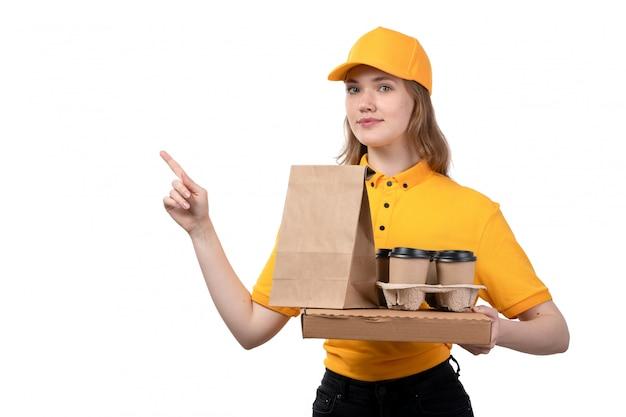 Uma vista frontal, jovem, correio feminino, trabalhadora, de, serviço entrega entrega, segurando, pizza, caixa, e, alimento, pacotes, branco