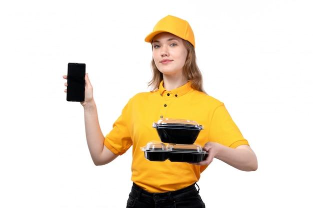 Uma vista frontal, jovem, correio feminino, trabalhadora, de, serviço entrega entrega, segurando, smartphone, e, alimento, tigelas, branco