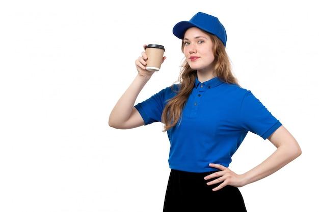 Uma vista frontal, jovem, correio feminino, trabalhadora, de, serviço entrega entrega, segurando xícara café, branco