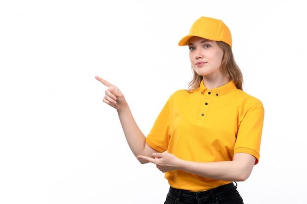 Uma vista frontal, jovem, correio feminino, trabalhadora, de, serviço entrega entrega, sorrindo, apontar, com, dela, dedos, branco