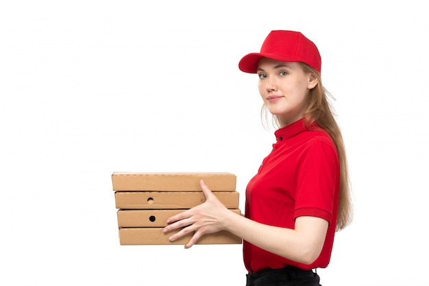 Uma vista frontal, jovem, correio feminino, trabalhadora, de, serviço entrega entrega, sorrindo, segurando caixas, com, comida branca