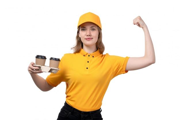 Uma vista frontal, jovem, correio feminino, trabalhadora, de, serviço entrega entrega, sorrindo, segurando, copos café, e, flexionando, branco