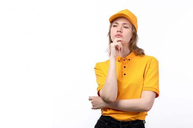 Uma vista frontal jovem correio feminino trabalhadora do serviço de entrega de alimentos posando com a expressão do pensamento em branco