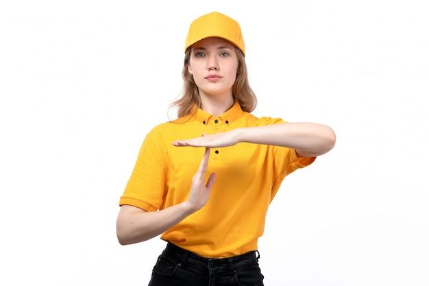 Uma vista frontal jovem correio feminino trabalhadora do serviço de entrega de comida, mostrando a palavra t posando em branco