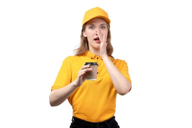 Uma vista frontal jovem correio feminino trabalhadora do serviço de entrega de comida segurando a xícara de café sussurrando em branco
