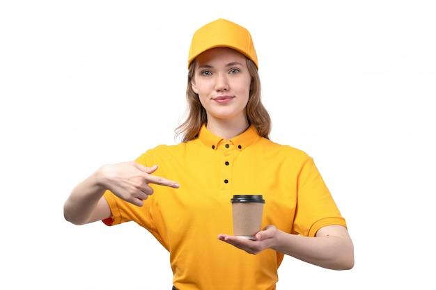 Uma vista frontal jovem correio feminino trabalhadora do serviço de entrega de comida sorrindo segurando a xícara de café em branco