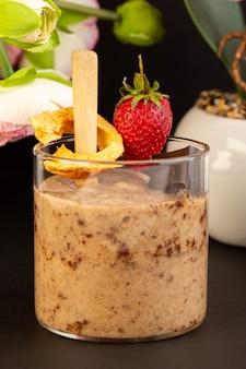 Uma vista frontal marrom choco sobremesa saboroso delicioso doce com café em pó barra de chocolate e morango com doces na sobremesa doce refrescante de fundo escuro