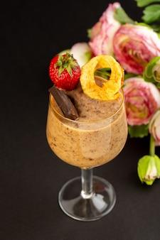 Uma vista frontal marrom choco sobremesa saboroso delicioso doce com café em pó barra de chocolate e morango no fundo escuro sobremesa doce refrescante