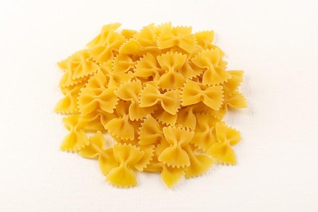 Uma vista frontal massa seca italiana coleção de macarrão amarelo cru alinhada no fundo branco refeição comida italiana
