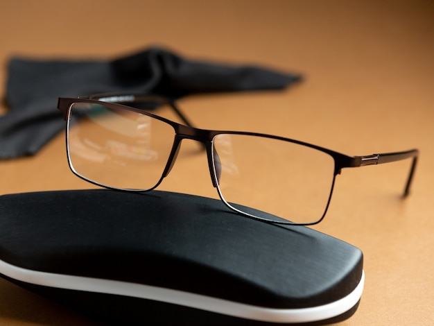 Uma vista frontal modernos óculos de sol modernos sobre o fundo marrom isolado visão óculos elegância