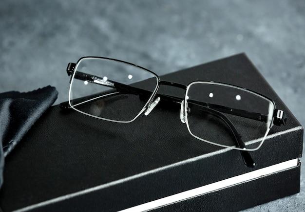 Uma vista frontal modernos óculos de sol ópticos no cinza