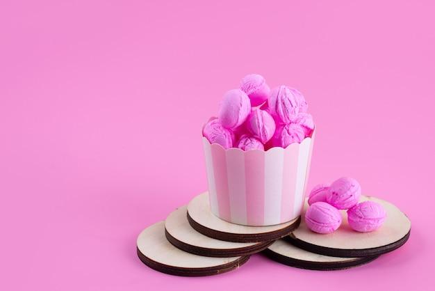 Uma vista frontal rosa, biscoitos deliciosos e doces em rosa, biscoito de cor