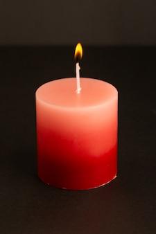 Uma vista frontal vela vermelha iluminação isolado derretendo luz fogo chama