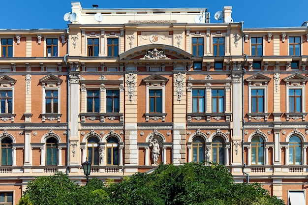Uma vista incrível da fachada vintage de um edifício com elementos decorativos e esculturas