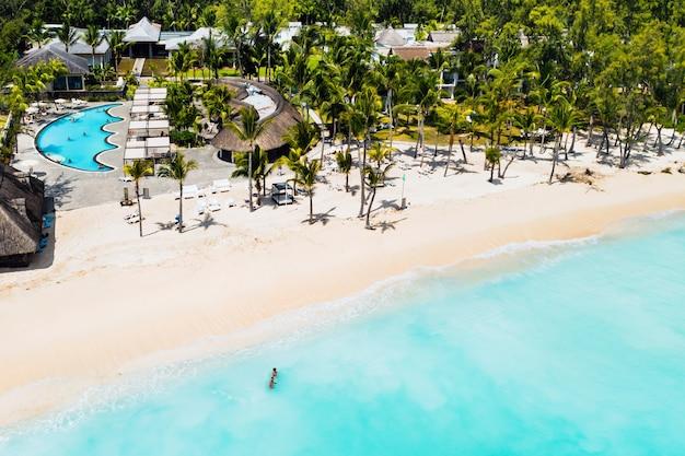 Uma vista panorâmica da praia perto do resort e do oceano próximo ao monte le morne brabant.